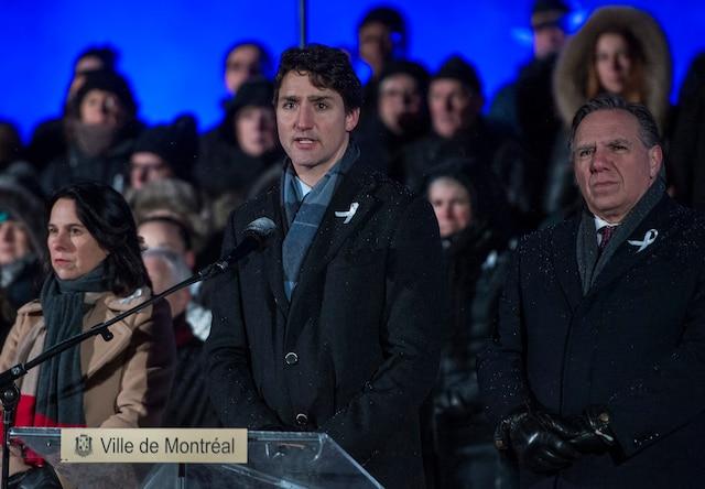 Justin Trudeau a été chaudement applaudi durant sa déclaration au belvédère du mont Royal, entouré de Valérie Plante et de François Legault.
