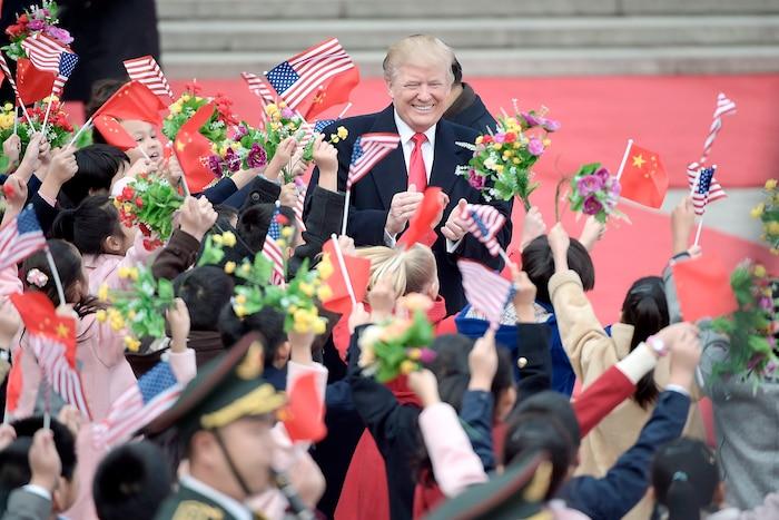 Le président américain Donald Trump, tout sourire, lors d'une cérémonie tenue  en son honneur au Palais de l'Assemblée du Peuple, à Pékin, jeudi dernier.