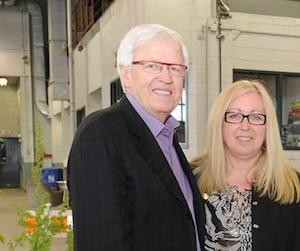 Le maire de Brossard, Paul Leduc, a eu recours à sa femme Louise Plante pour meubler son bureau.