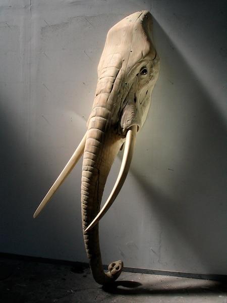 Tête d'éléphant<br /> Bronze, 235 x 66 x 66 cm, 2014<br /> Animaux de la savane et de la jungle, clin d'œil à l'Homme qui collectionne les animaux comme des trophées.