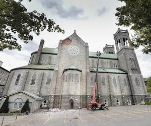 Une partie du mur de pierre du côté ouest de l'église Très-Saint-Sacrement s'est effondrée en mai 2017.