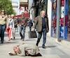 Cette personne prosternée sans bouger pendant parfois des heures semblait ramasser une cinquantaine d'euros par jour, soit environ 75$.