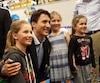 Alors que plusieurs adultes ont obtenu leur fameuse photo avec Justin Trudeau, le premier ministre a particulièrement voué son attention aux petits.