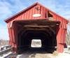 Un camionneur aurait endommagé le pont couvert de Freeport en Montérégie, vendredi, mais aurait aussi arraché les deux portails servant à retenir les véhicules trop hauts.