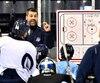 Yanick Jean donnant des consignes à ses joueurs durant un entraînement.