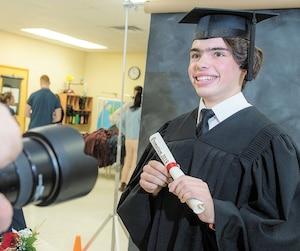 À l'école secondaire Saint-Stanislas, située à Saint-Jérôme, les garçons obtiennent désormais leur diplôme dans la même proportion que les filles. Sur la photo, Samuel Gervais, un élève de cinquième secondaire, pendant la séance de photos pour l'album des finissants.