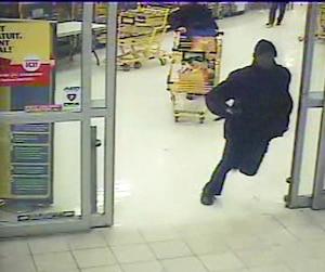 Lors de sa fuite du Maxi, Randy Tshilumba semble tenir un couteau dans une main.