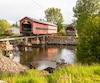 La structure de plus de 140 pieds de long pèse 200 000 livres. C'est un système de poutres de roulement qui a permis de le faire passer de son socle aux berges de la rivière ou il reposera pendant les travaux de réfection.