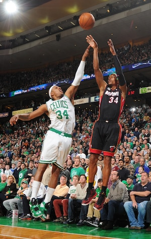 Ray Allen, du Heat, tente ici un tir de trois points devant Paul Pierce.