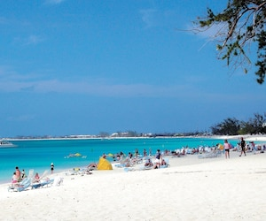 Un rapport de l'Agence du revenu du Canada révèle que les Canadiens cachent des dizaines de millions de dollars dans les paradis fiscaux, comme ici aux îles Caïmans.