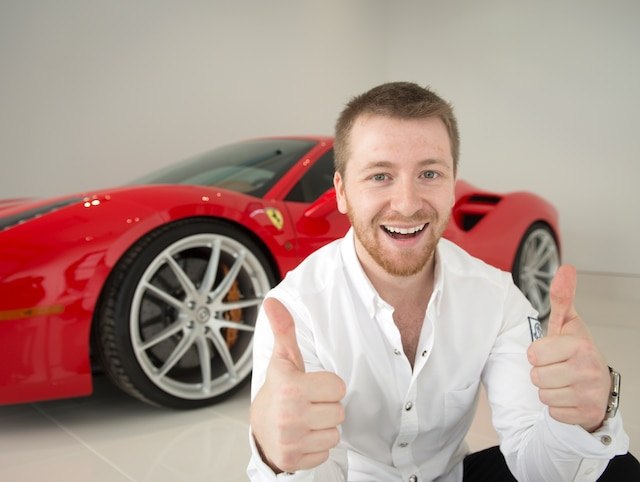 Le rouge de la voiture d'Andy Manaras est spécifique à la F1 et réservé seulement à de rares Ferrari. «C'est le seul modèle comme ça au Québec, avec celui de Stroll [Lawrence Stroll, le père du jeune pilote de F1 Lance Stroll]. Dans la vie de tous les jours, Manaras roule en Porsche Macan, un VUS à 70 000 $. «Je suis fou de voitures», dit-il.