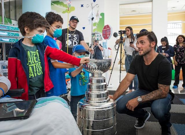Le joueur québécois des Penguins de Pittsburgh Kris Letang, accompagné de sa Coupe Stanley, visite les enfants du CHU Sainte-Justine.