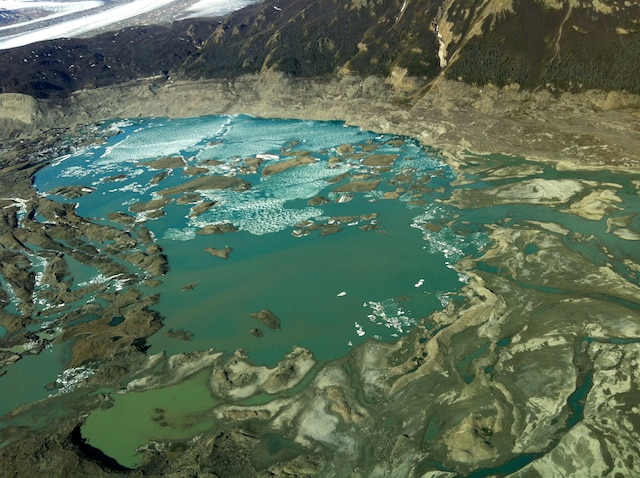 Inquiétant de penser qu'il n'y a pas si longtemps, cette vallée était recouverte de glace. Il reste maintenant du limon et un lac aussi bleu que frigorifique.