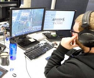 Au Québec, l'industrie du jeu vidéo peine à recruter des talents, mais la croissance reste tout de même au rendez-vous, chez nous comme à l'étranger. Sur la photo (à titre illustratif seulement), un employé d'Ubisoft à l'œuvre à Québec en 2016.