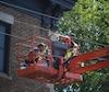 Deux briqueteurs qui travaillaient dans une nacelle se sont retrouvés dans une fâcheuse position, coincés dans des fils électriques, mercredi avant-midi, à Québec.