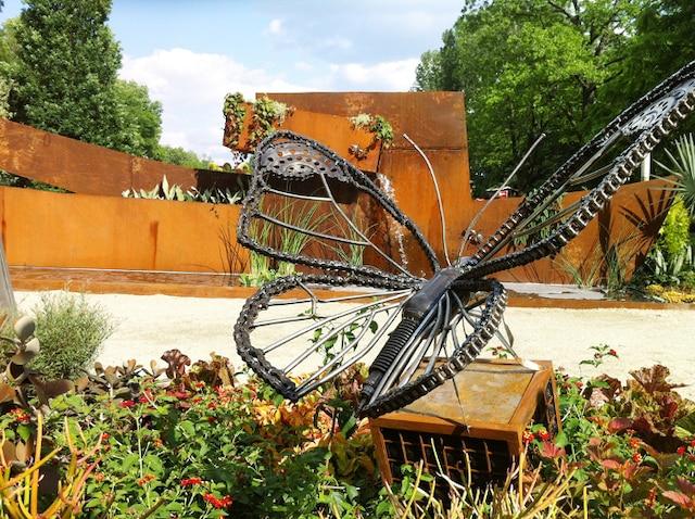 Ce papillon géant créé par l'artiste-soudeur Jeffrey McDonald est composé de  diverses pièces de véhicules usagées, dont une vieille chaîne de motocyclette.