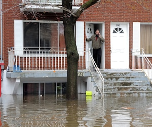 Mohammed Yahiaoui a vu le logement en dessous de chez lui se remplir d'eau trop vite pour qu'il puisse aider ses voisins.