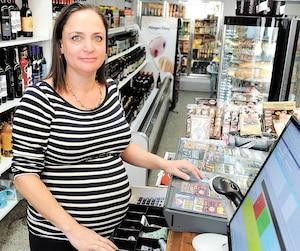 Cynthia Laflamme pourrait accoucher d'un moment à l'autre, et malgré cela, elle tient le fort dans son épicerie, le Marché d'Emma. À 37 semaines de grossesse, elle n'a pas suffisamment d'employés pour faire fonctionner le commerce.