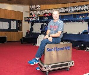 Dans le vestiaire du Canadien, Pierre Gervais veille à ce qu'aucun joueur ne tombe malade. Il dispose d'une machine désinfectante vaporisant de l'ozone et du peroxyde d'hydrogène qu'il utilise chaque semaine.