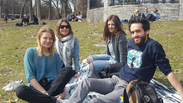 (De gauche à droite) : Tess Benoist, Joyce Monvoisin, Yuna Ellec et Florian Joubert étaient heureux de goûter aux premiers vrais signes du printemps au parc Lafontaine hier après-midi.