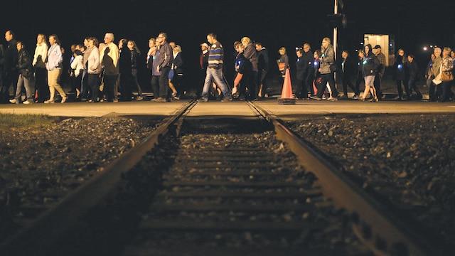 Tous les participants à la marche silencieuse de la nuit de samedi à dimanche portaient une étoile lumineuse à leurs vestes.