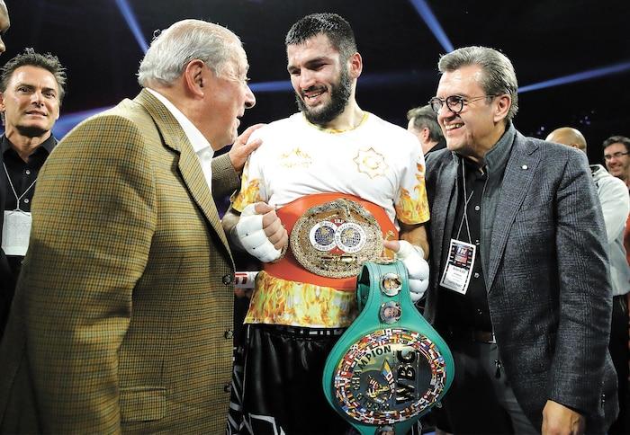 Le fondateur de Top Rank Bob Arum et l'ancien maire Denis Coderre ont félicité le nouveau champion Artur Beterbiev.