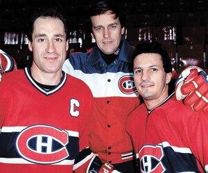 Guy Carbonneau en présence de l'entraîneur Jean Perron et du capitaine Bob Gainey.