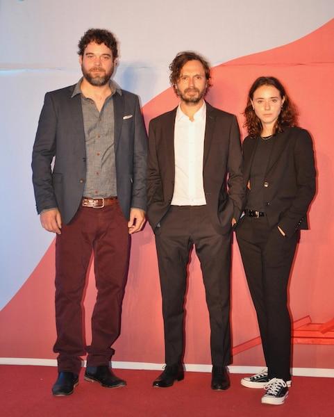 Les vedettes de La disparition des  lucioles, Pierre-Luc Brillant et Karelle  Tremblay, entourent le réalisateur  Sébastien Pilote.