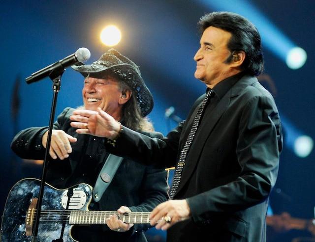 Accompagné de Paul Daraîche sur la scène du Colisée Pepsi en 2013.