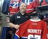 «On n'avait pas mis de rabais sur les chandails du CH, mais là on va en mettre», a dit le gérant de l'Entrepôt du Hockey Stéphane Drouin.