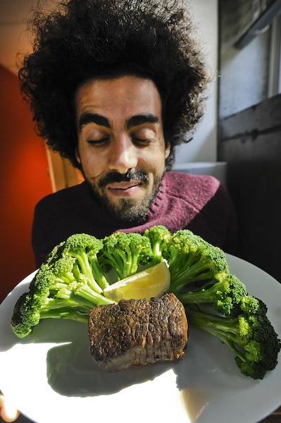 Adib prend toujours le même repas avant son spectacle : filet mignon et brocoli. «C'est mon naturopathe Martin Allard qui m'a conseillé de manger ça, et en plus, j'adore ça. Et après le show, j'ai une rage de sucre et je mange des sucreries.»