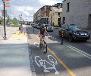 L'été dernier, les automobilistes et les commerçants du Vieux-Port avaient ragé contre le retrait d'une voie de circulation sur la rue Dalhousie au profit d'une bande cyclable.