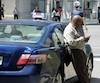 Depuis le 1er janvier dernier, les chauffeurs de taxi montréalais sont obligés de porter pantalons noirs et chemise ou polo blanc. Sur le terrain, cette exigence est toutefois largement ignorée. Ce chauffeur porte un pantalon brun et une chemise grisâtre, alors que le règlement exige le noir et blanc.