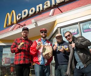 De gauche à droite: Philippe Melbourne Dufour, Frédéric Guindon, Jean-François Provençal et Mikael Lebleu posent fièrement devant un restaurant McDonald's de Champlain, dans l'État de New York.