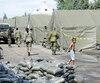 Des militaires (trois sur la photo) des Forces armées canadiennes d'origine haïtienne ont été dépêchés dans les camps de Saint-Bernard-de-Lacolle, où logent temporairement des centaines de réfugiés haïtiens, entrés irrégulièrement à la frontière.