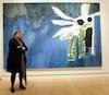 Kitty Scott présente une toile peinte spécialement pour l'exposition par Peter Doig.