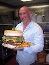 Shawn Danko, propriétaire du Kooky Canuck, est devenu célèbre aux États-Unis en lançant le défi Kookamonga Burger.