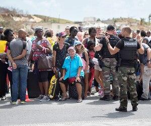 Des dizaines de personnes attendaient en ligne hier à l'aéroport Grand-Case Esperance sur l'île de Saint-Martin, afin de s'enregistrer pour l'évacuation.