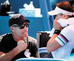 Sylvain Bruneau prodigue des conseils à sa protégée lors du match contre Sofia Kenin au Miami Open, en mars dernier.