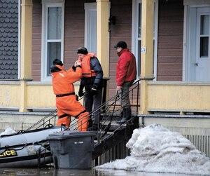 Ce sinistré a pu quitter sa résidence grâce à l'aide de la Sûreté du Québec qui disposait de canots.