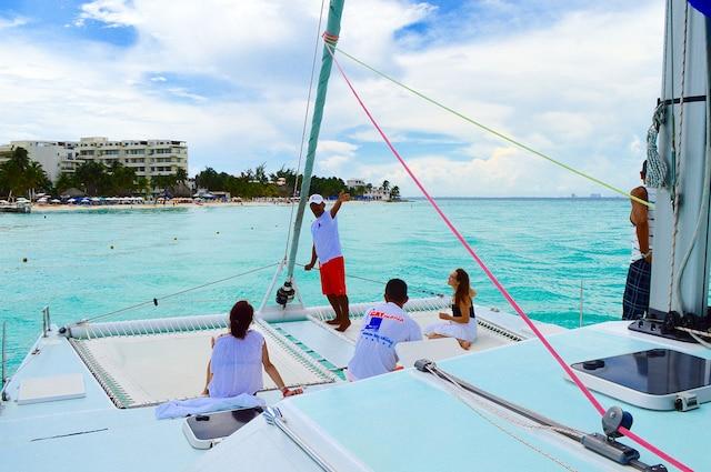 Excursion en mer en  catamaran avec l'entreprise  Catmania, au départ de la  marina Hacienda del Mar de  Puerto Juarz, à 10 minutes  du centre-ville de Cancún.
