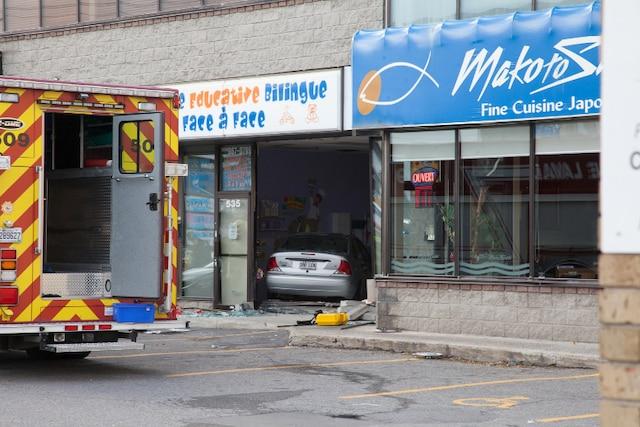Une voiture a percuté une façade vitrée de la garderie Face à Face.