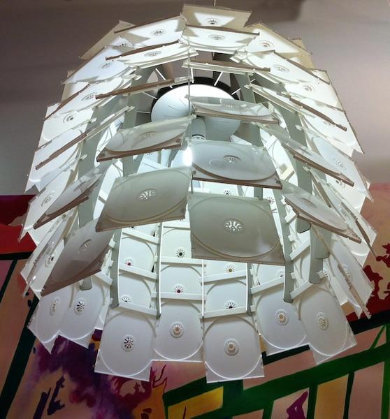 Véronique Lamarre<br /> Comme en témoigne ce luminaire composé de boitiers de CD, l'artiste a un faible pour les objets délaissés et impopulaires.