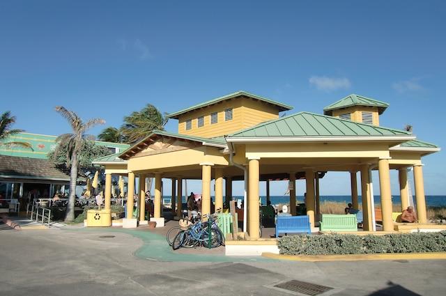 Un accueil vélo à Lauderdale-by-the-Sea.