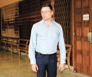 Le médecin Vincent Simard au palais de justice de Drummondville, lundi, pour le début de son procès pour agression sexuelle envers un mineur, notamment.