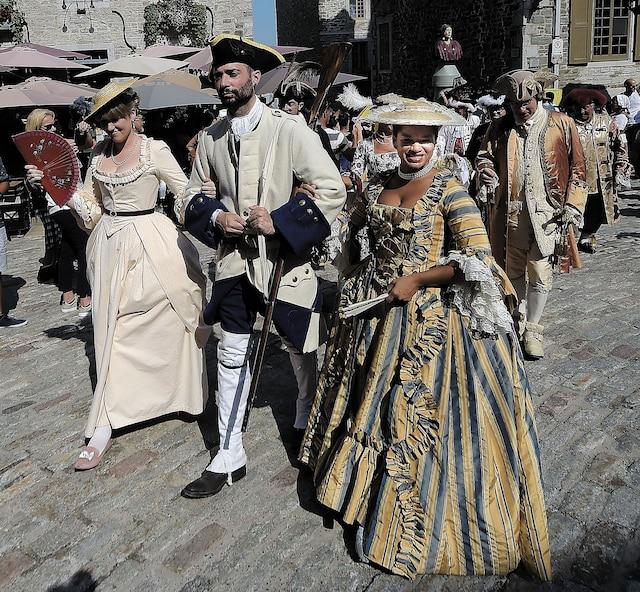 Des participants au défilé de clôture des Fêtes de la Nouvelle-France, dimanche, à Place Royale.