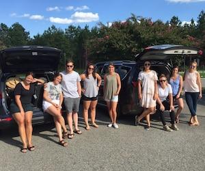 Ces 9 amis ont loué deux minifourgonnettes pour fuir la Floride et l'ouragan Irma et se rendre à l'aéroport de Philadelphie à partir d'où ils rentreront à Montréal demain. De gauche à droite, Eliane Charbonneau, Mylène Charbonneau, Olivier Raymond, Myria Brissette-Bélanger, Pascale Durocher-Dumais, Gabrielle Marcouiller, Géraldine Rancourt-Ouimet, Andréanne Fréchette, Josiève Brissette-Bélanger.