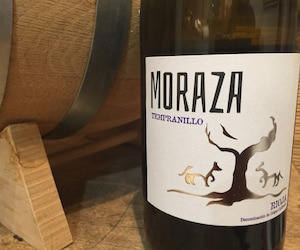 Ne vous laissez berner par la photo, ce tempranillo, de la famille Moraza, n'est pas écrasé par le bois, loin de là. C'est le fruit pur qui s'exprime.