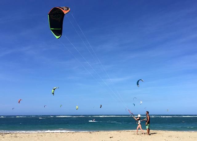 Cours de <i>kitesurfers</i> sur la plage avec un prof de l'école Go Kite Cabarete.