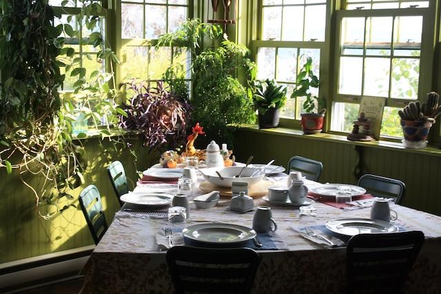 La table triangulaire de la salle à manger.